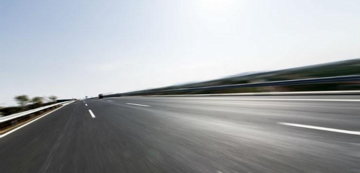 Jeune homme de 27 ans sort son pied sur l'autoroute à 130 km/h